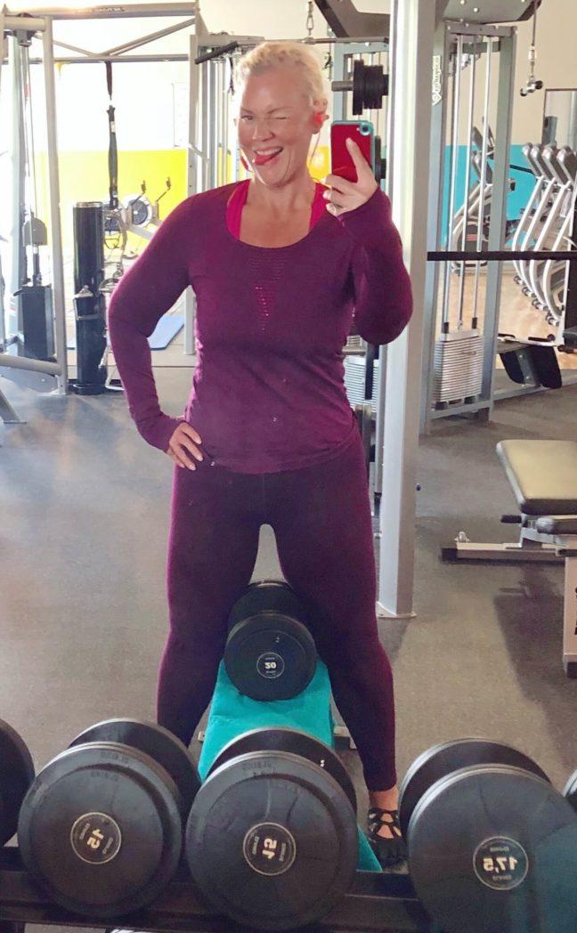 anne im gym lila outfit