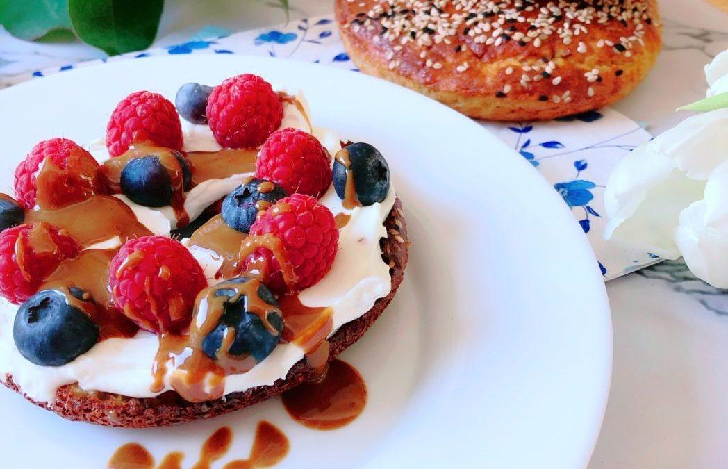Protein Bagel mit Frischkäse und Beeren