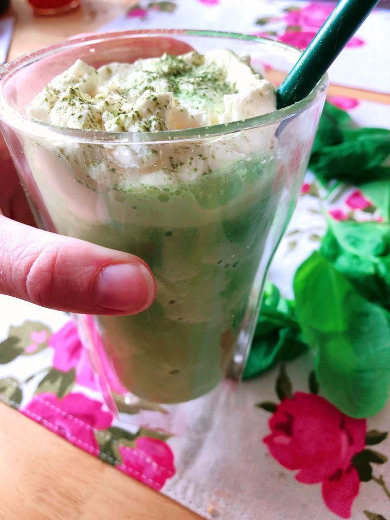 gefrorener matcha latte mit spinat