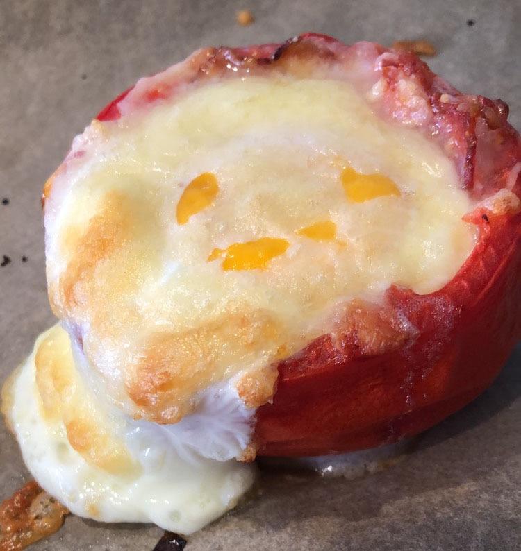 gefuellte tomate auf blattspinat