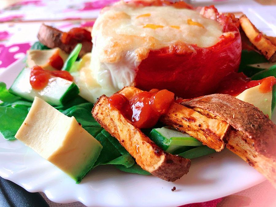 gefuellte tomate auf suesskartoffel salat