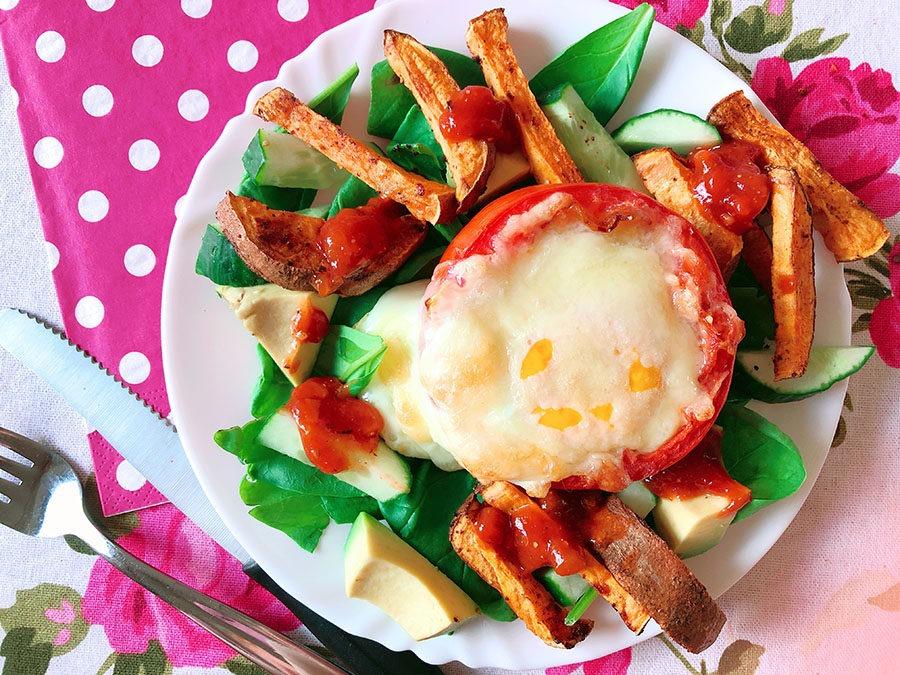 Ofentomate auf Blattspinat mit Süßkartoffelpommes